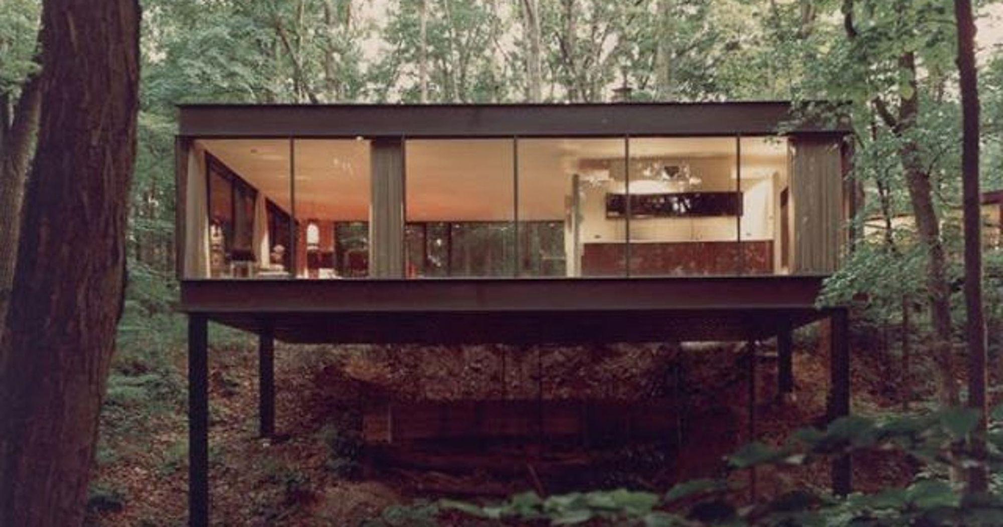 Dit huis is modern, maar al in 1952 gebouwd! De architect A. James Speyer was een student van Mies van der Rohe, wat duidelijk te zien is in het minimalistische ontwerp.