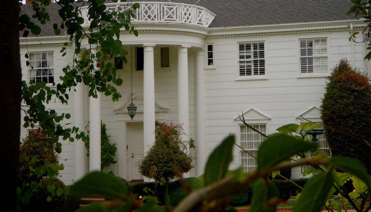 Wie kent het niet? Dit huis staat echter niet in Bel-Air, maar in het nabij gelegen Brentwood. Beide zijn wijken in Los Angeles, dus dat klopt wel! :)