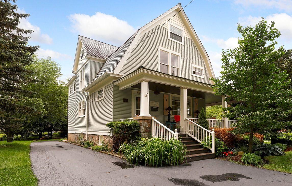Het huis waar Bill Murray in Groundhog Day dagelijks kwam. Dit huis staat in Woodstock, Illinois en is recent verkocht voor €250.000.
