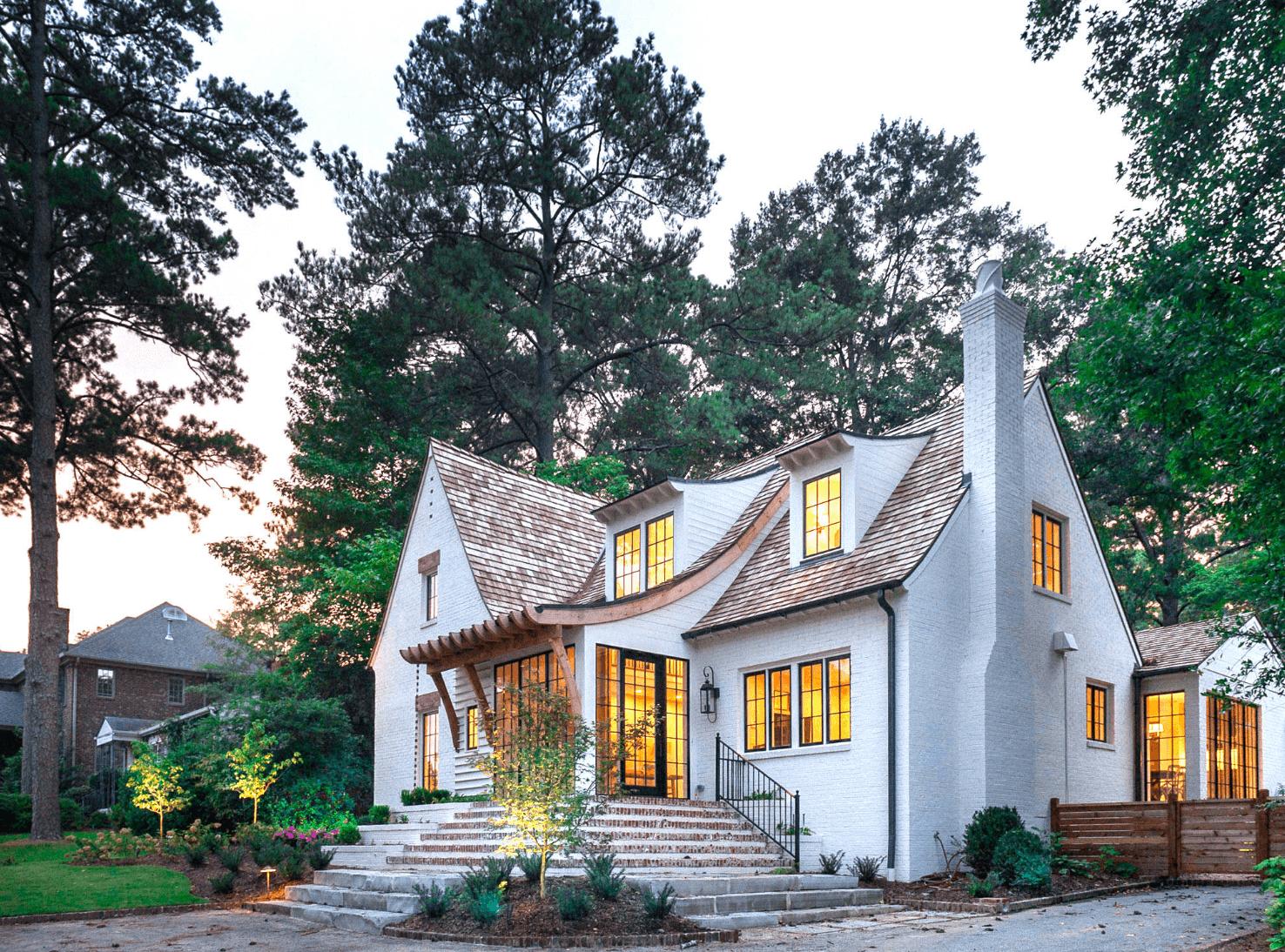 Wit huis met geschilderde bakstenen